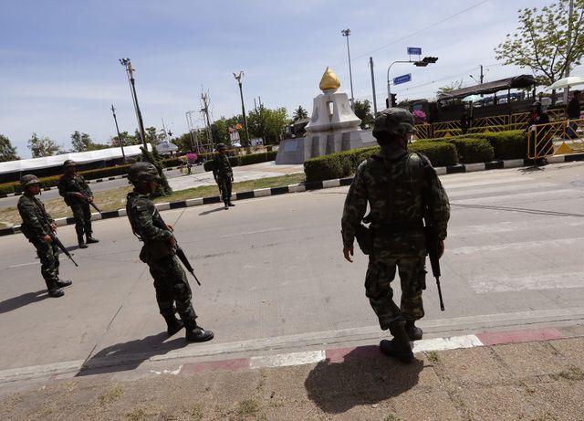 Les militaires ont commencé à se déployer dans les rues de Bangkok