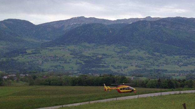 Dès qu'il a été remonté à la surface, le pompier savoyard blessé a été évacué en hélicoptère