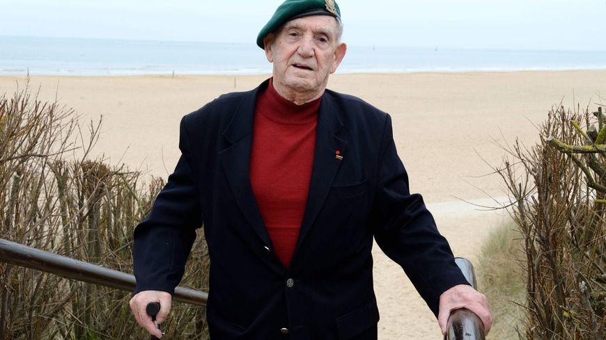 Léon Gautier, vétéran du commando Kieffer. Ici, devant la plage de Ouistreham-Colleville.