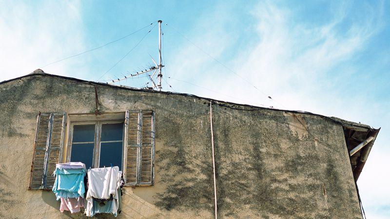 Linge étendu à une fenêtre (illustration)