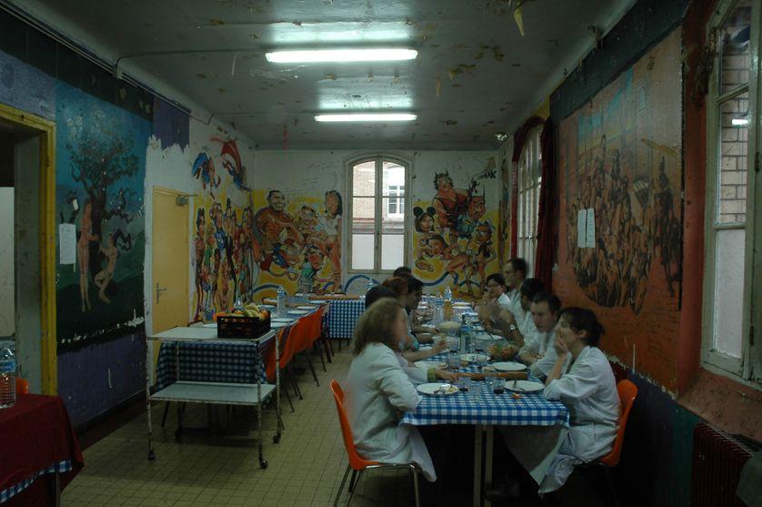 Un repas en salle de garde. Paris, Hôpital de la Pitié Salpétrière.