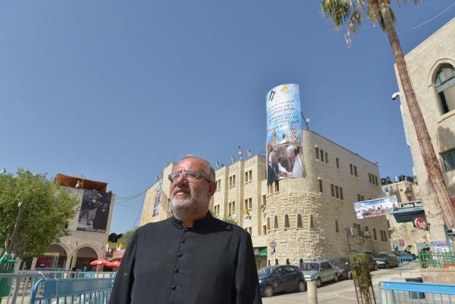Le père Elias et l'affiche du pape
