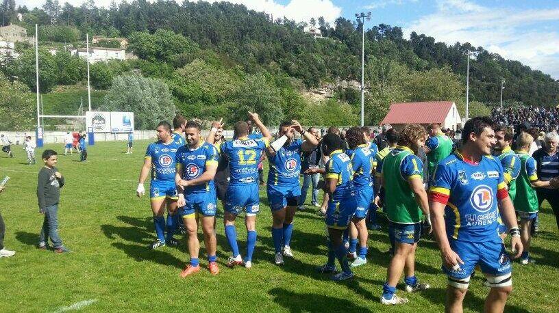 La joie des joueurs de rugby du RCAV à Aubenas lors de leur qualification face à Lannemezan, le 27 avril 2014.
