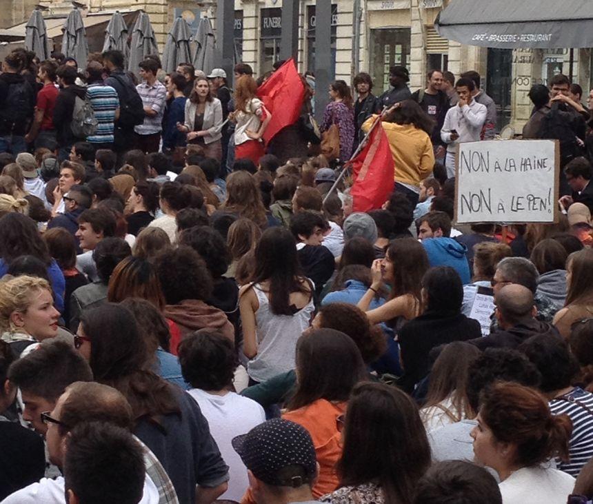 Les manifestants assis place Pey-Berland, à Bordeaux