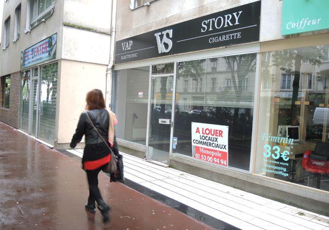 Un magasin de cigarettes électroniques fermé, Paris, mai 2014.