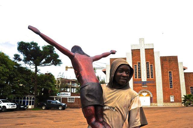 Devant l'église de la Sainte-Famille à Kigali