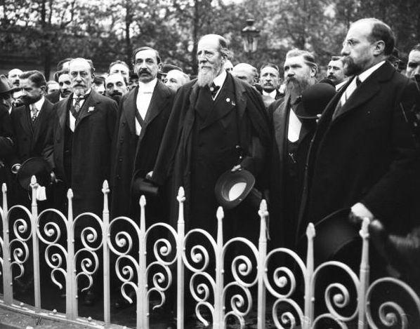 Rassemblement de la Ligue des patriotes pour la fête de Jeanne d'Arc à Paris en 1913. Au centre M. Barrès