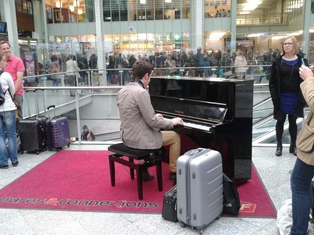 Un voyageur s'est mis au piano