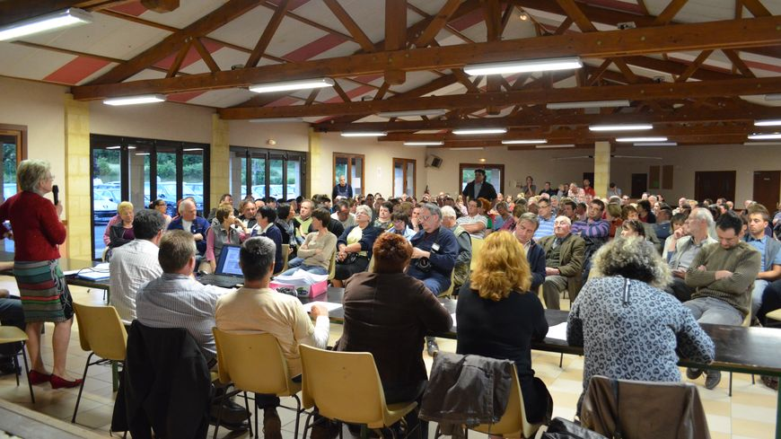 Les habitants de Lacropte face aux élus pendant la réunion publique
