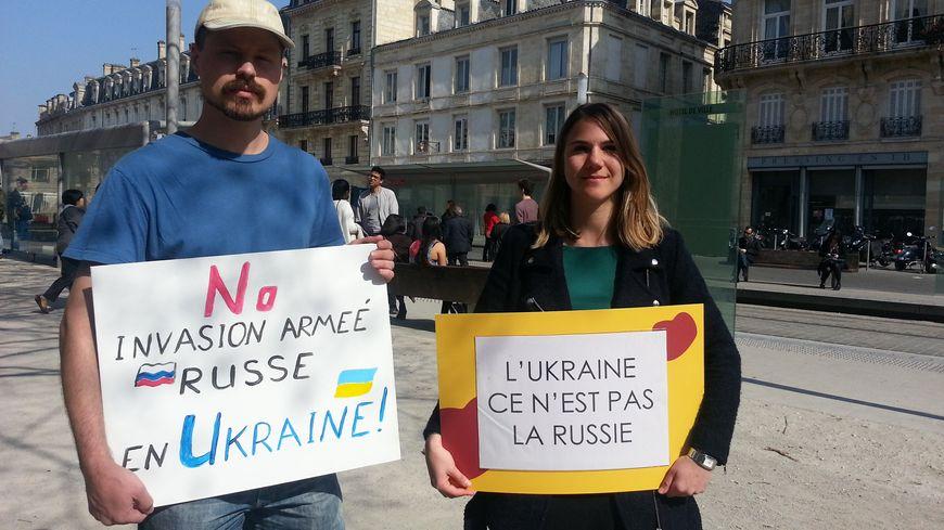 Katérina et Wladimir, un de ses compatriotes, lors d'un rassemblement en mars à Bordeaux