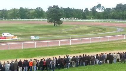 VIDEO | Course cheval contre vélo : le cycliste l'emporte sur l'hippodrome