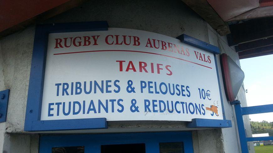 A l'entrée du Stade Dugradus à Aubenas