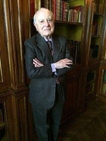 Pierre Bergé dans sa bibliothèque