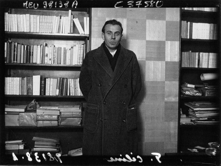 Louis-Ferdinand Céline lors de l'attribution du prix Renaudot à son roman Voyage au bout de la nuit en 1932