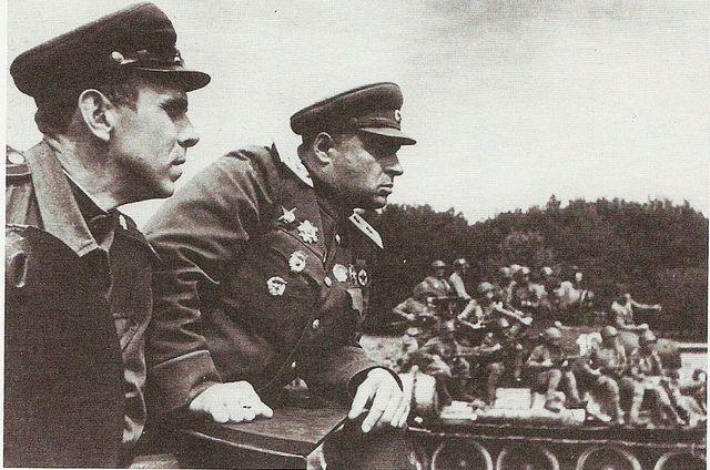 Le général soviétique Pavel Poluboyarov (au centre), commandant du 4ème corps blindé de la Garde