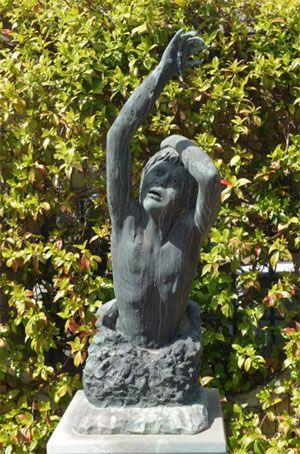 La statue d'Alfredo Rampi érigée devant l'église de Vermicino