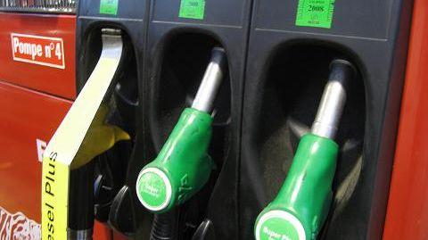 Pompes à essence et gazole dans une station service (illustration)