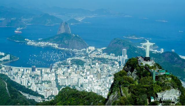 Vue aérienne de Rio de Janeiro avec le Christ Rédempteur au premier plan et le Pain de Sucre en arrière-plan