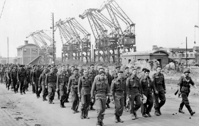 Prisonniers de guerre canadiens et britanniques sous surveillance allemande au port de Dieppe