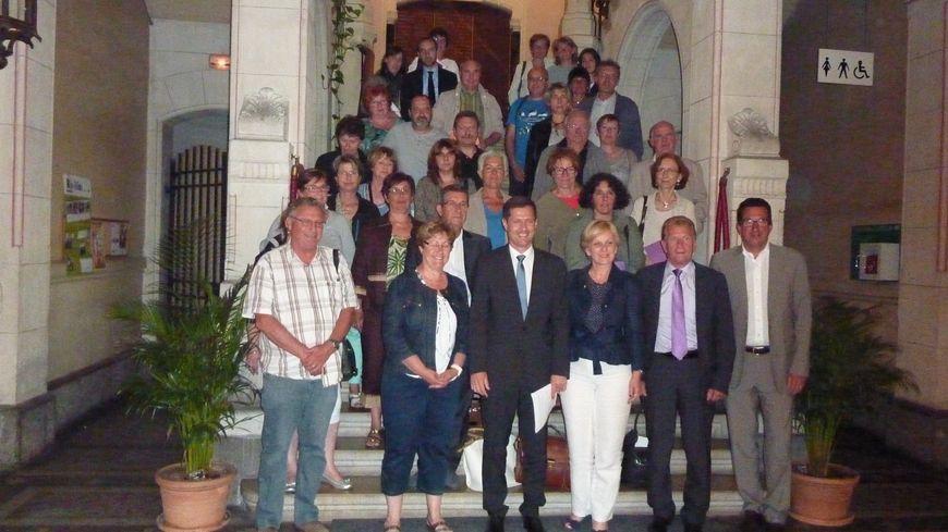 Dans le grand escalier de la mairie de Valence, 42 élus de Drôme Ardèche pour le report de la réforme scolaire le 2 juin 2014