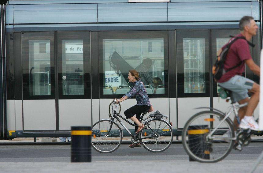 Le vélo ou le tramway : les meilleurs moyens de venir à Bordeaux fête le vin