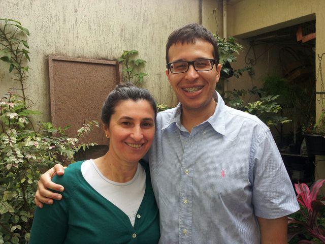 Murilo et sa mère, tous deux un appareil dentaire à la bouche