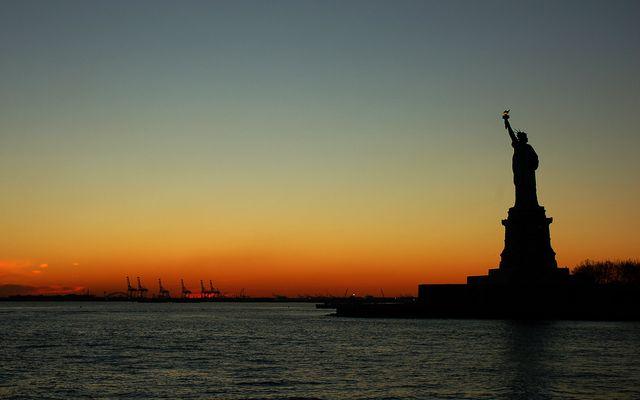 La Statue de la Liberté à New York au coucher du soleil
