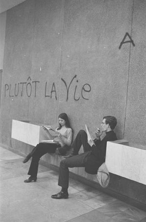 Grève des étudiants, université de Nanterre, près de Paris      mars 1968  Gilles Caron  Tirage moderne d'après négatif original.