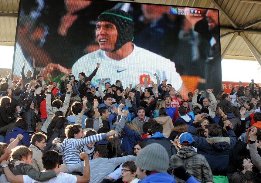 Thierry Dusautoir applaudi par le public toulousain lors de la coupe du monde 2011