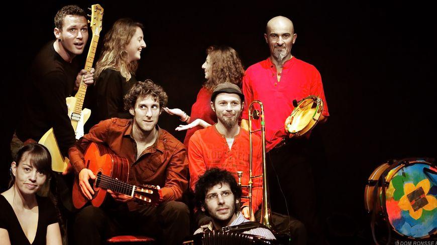 Mathieu Jouvencel, guitariste et chanteur des P'tits yeux (au centre)