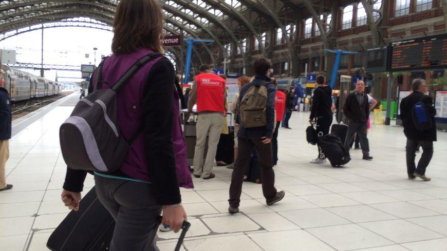 Les gilets rouges apportent leur assistance aux voyageurs dans les gares