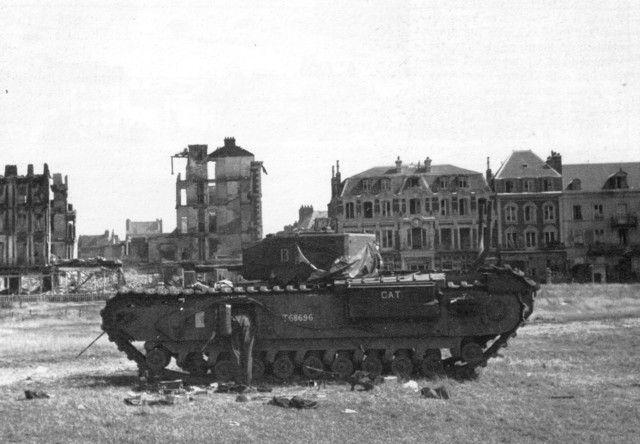 Char canadien sur la plage de Dieppe après le raid du 19 août 1942