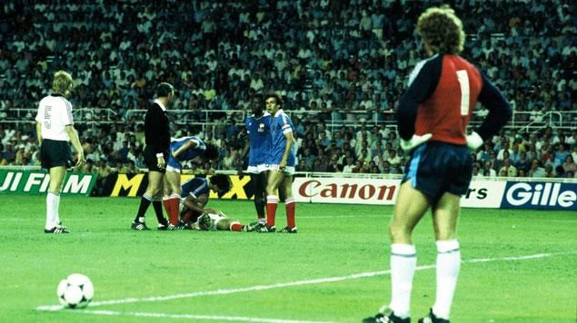 Séville, 1982. Harald Schumacher observe sa victime à terre, Patrick Battiston