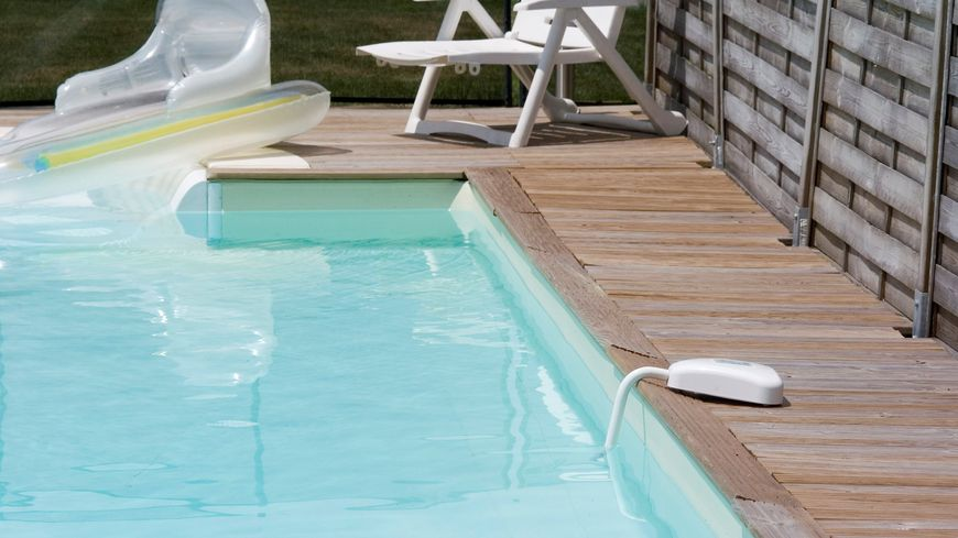 Parmi les différents moyens de sécuriser les piscines privées, les alarmes sonores (sur la photo)