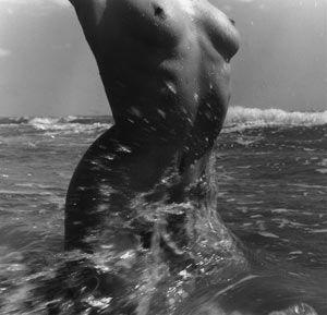 Lucien Clergue, Nu de la mer, Les Saintes-Maries-de-la-Mer, 1957. (avec l'aimable autorisation de l'artiste