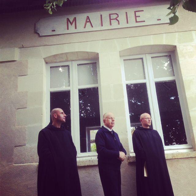 Le maire Jacques Tissier, entouré de deux de ses adjoints, les moines Raphaël-Marie Blouère et Didier de Cacqueray.