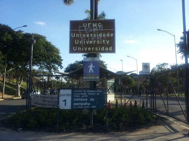 Le panneau d'entrée de l'Université de Belo Horizonte, barré d'un tag anti FIFA