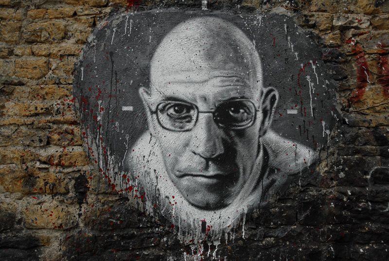 Un portrait de Foucault peint sur un mur.
