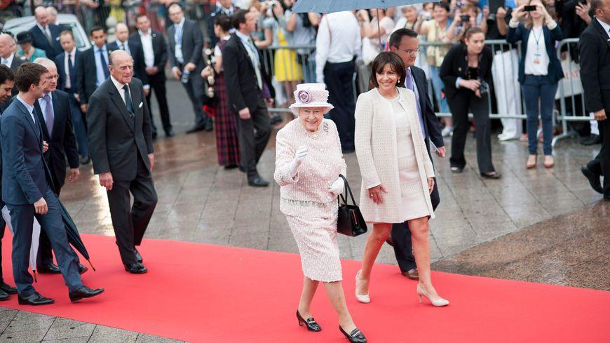 La reine Elizabeth a eu droit aux honneurs du tapis rouge.