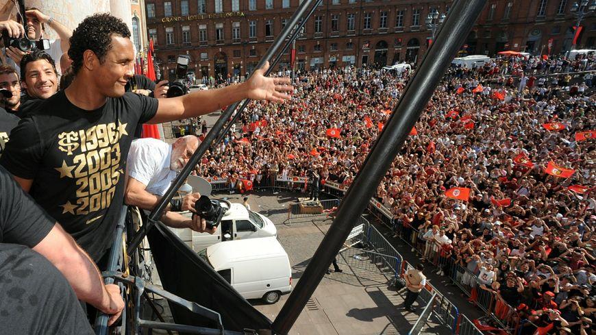 Thierry Dusautoir célèbre la victoire en H Cup place du Capitole