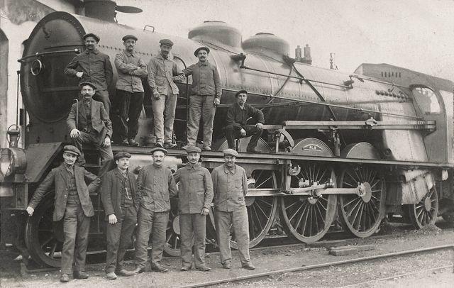 Carte postale d'un groupe de cheminots du Paris-Lyon-Méditerranée (PLM) devant une locomotive Pacific en 1912