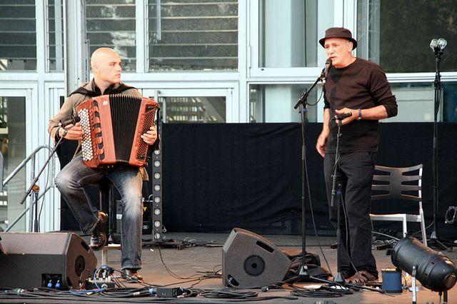 Le chanteur André Minvielle l'accordéoniste Lionel Suarez, en concert à Angers durant le festival Temporives.