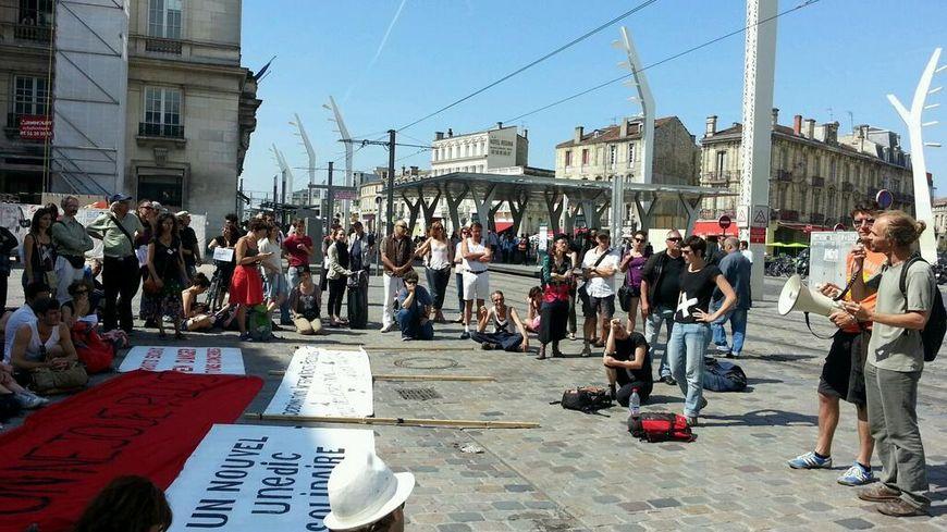 Les intermittents du spectacle devant la gare Saint-Jean à Bordeaux