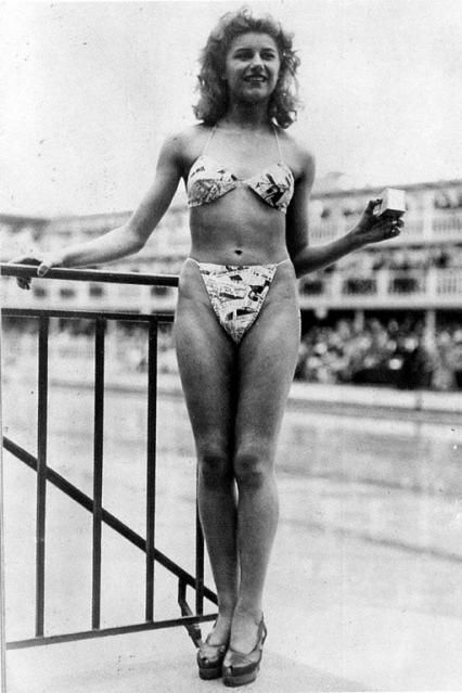 La danseuse Micheline Bernardini présentant le premier bikini.