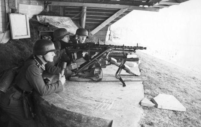Les Allemands au poste de combat lors du débarquement de Dieppe