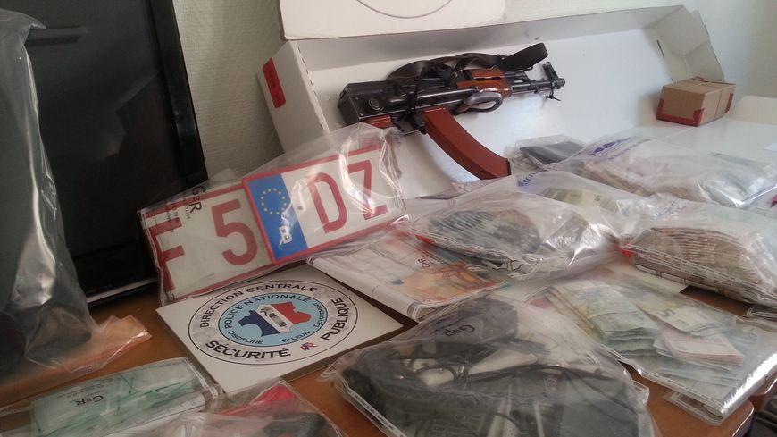 Près de 37 000 euros, une arme de guerre, des téléphones, saisis par les enquêteurs