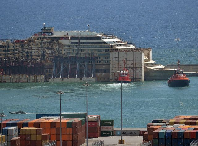 L'épave du Costa Concordia est amarrée au port de Gênes