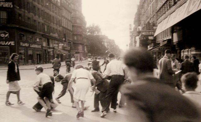 Parisiens ramassant des tracts Bd de Sébastopol - 20 août 1944
