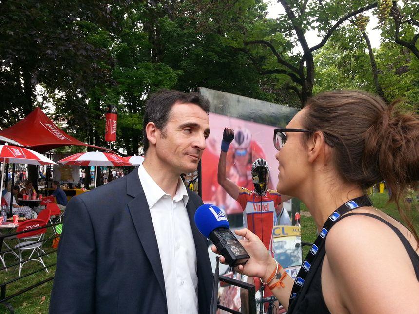 Éric Piolle, le maire de Grenoble, sur le village départ du Tour de France.
