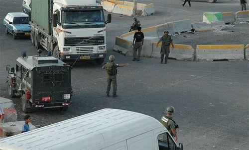 Contrôile du trafic par les militaires israéliens  au checkpoint Kalandia